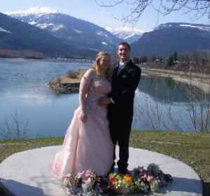 newly married couple in Revelstoke, British Columbia